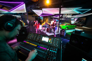 Terminons notre périple musical avec Sxndrxm à bord d'une Peugeot 403